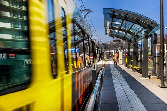 Een tramhalte in Utrecht.