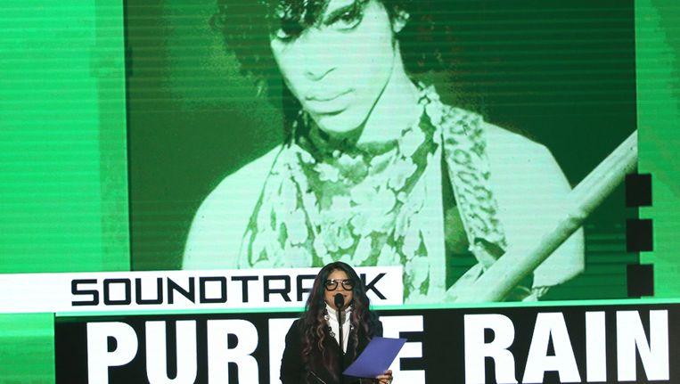 Tyka Nelson neemt de award in ontvangst namens haar broer Prince. Beeld ap