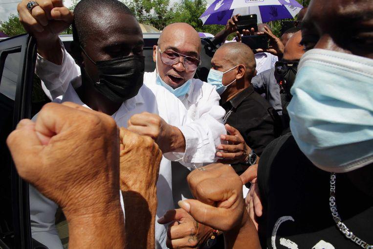 Desi Bouterse verlaat de Surinaamse krijgsraad na het vervolg van de inhoudelijke behandeling van de Decembermoorden-strafzaak tegen de oud-president en ex-legerleider.  Beeld ANP Redactie