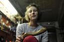 Schrijnwerkster Iris Trstenjak (26) gaat de crisi te lijf met haar houten dildo's.