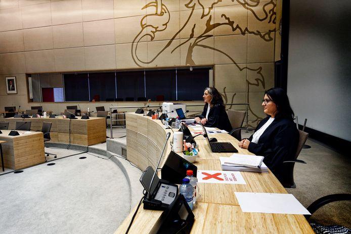 Rechter Straver (links) en de griffier zitten klaar voor de eerste zitting op een ongewone locatie: de statenzaal van het Utrechtse provinciehuis. De medisch specialisten die elkaar in het kort geding troffen, wilden niet in beeld.