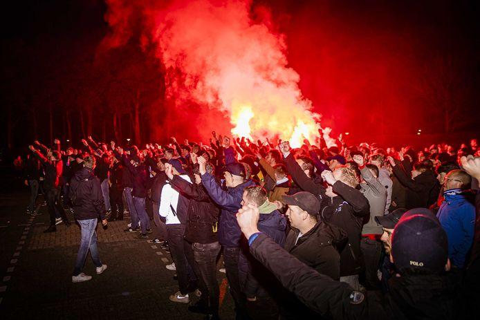 Supporters van De Graafschap bij stadion De Vijverberg bij de terugkeer van de spelersbus uit Amsterdam, na de 1-1- tegen Jong Ajax.