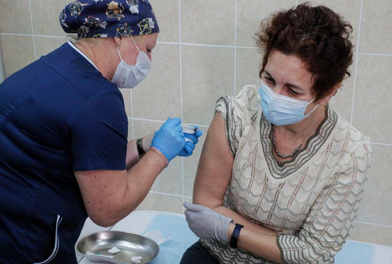 Een vrouw krijgt een testvaccin ingespoten in Moskou, eind september.  Beeld EPA