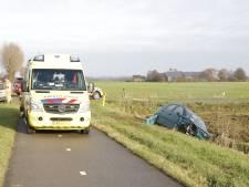Auto belandt in sloot na flinke botsing in Duiven: één gewonde