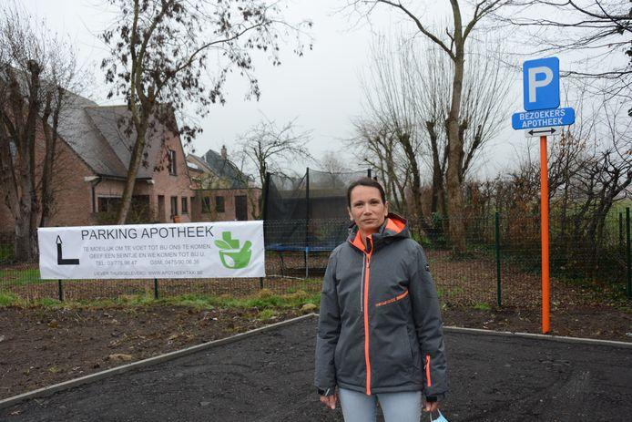 Apotheker Wendy Verhaeghe op de nieuwe parking voor de 'knip', een compromis voor het verlies aan passage.