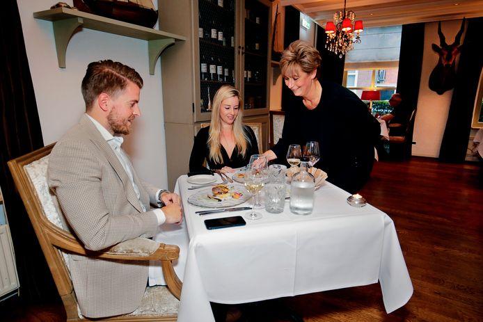 Restaurant First in Zeist. Gastvrouw Monique bedient de gasten.