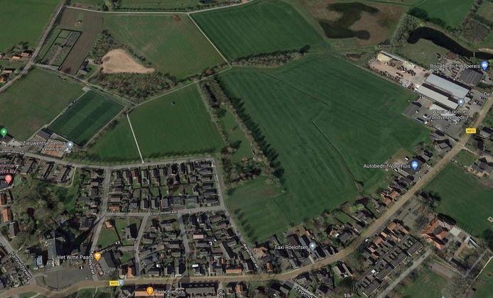 Zieuwent van boven. De Sint Werenfriduskerk ligt linksonder aan de Dorpsstraat. De nieuwe woonwijk sluit aan op de Werenfriedstraat, die haaks de dorpskern omsluit.