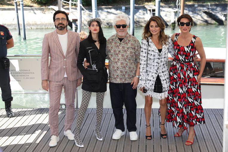 De cast van Madres paralelas op het 78ste filmfestival van Venetië, met vanaf links: Israel Elejalde, Milena Smit, Pedro Almodóvar, Penelope Cruz en Aitana Sánchez-Gijón. Beeld Getty