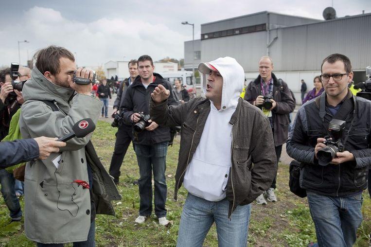 De pers is in grote getale aanwezig, een tegenstander van de demonstratie doet hier zijn woord. Foto © Amaury Miller Beeld