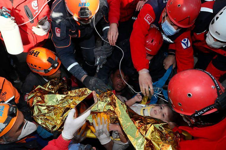 De kleuter lachte, zwaaide, en noemde haar naam toen ze werd gevonden door de reddingswerkers, vertelde een van hen. Beeld AP