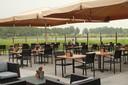 """Het terras van Restaurant Binnenmaas, dat uitkijkt op het meer. Manager Jeffrey den Breejen: ,,Weer of geen weer, we zijn open en zorgen dat alles klaarstaat."""""""