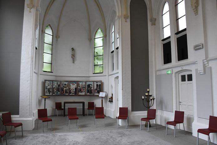 De Kapel van Kloosterhotel ZIN in Vught. Aan de wand een afdruk van De Meester van Alkmaar, een schilderij uit 1504 van een onbekende schilder waarop de zeven Barmhartigheden staan afgebeeld.