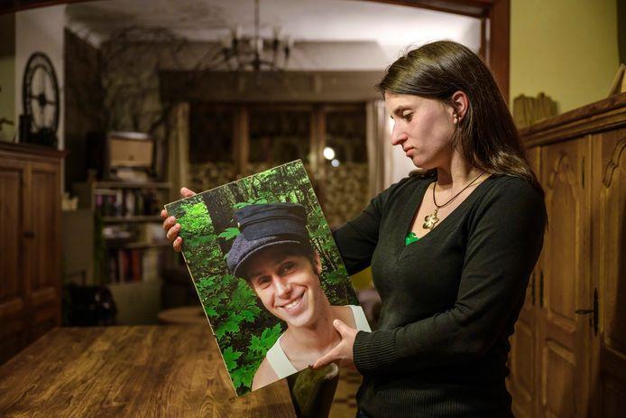 Een foto van Willem blijft prominent aanwezig in de woning van Lotte, waar ze voor het ongeval samenwoonde met haar vriend. Sinds 2014 moet ze zonder hem verder.