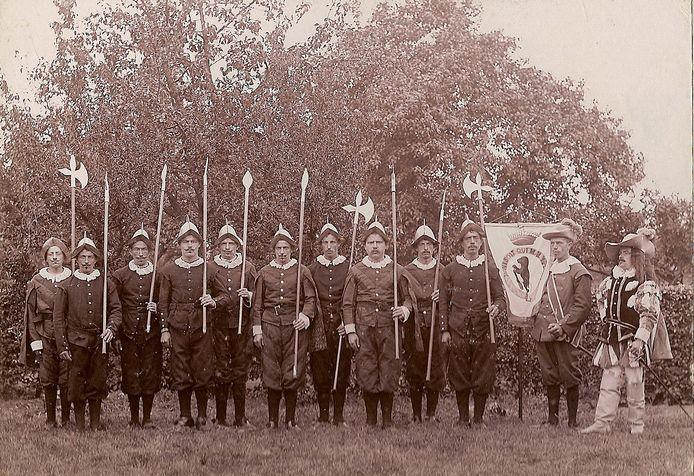 Foto uit 1898 van de kroningsfeesten in Leur dat toen nog een zelfstandige gemeente was.