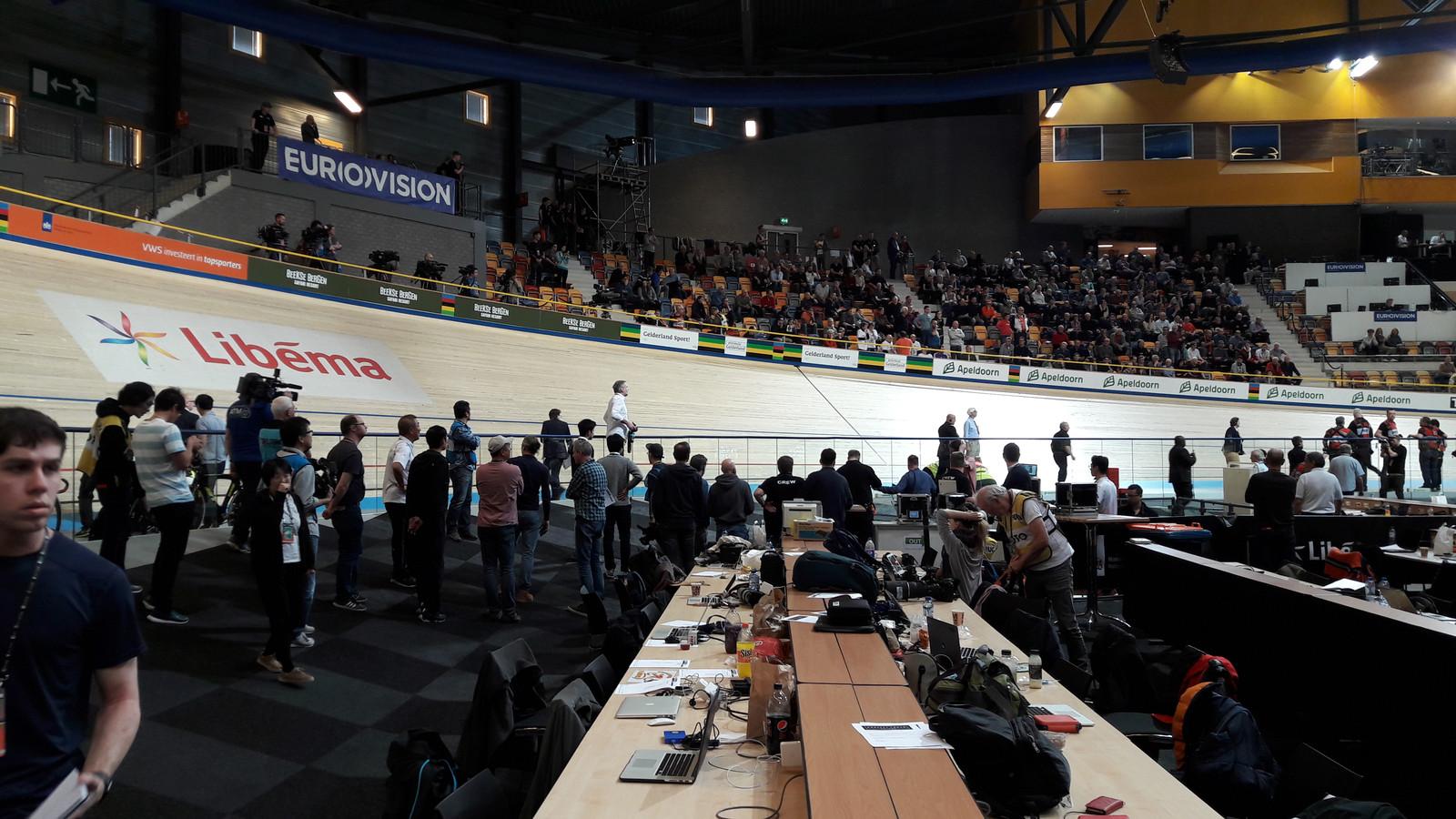 Even is er paniek wanneer een official van de UCI omver wordt gereden tijdens het eerste onderdeel van het Omnium vrouwen.