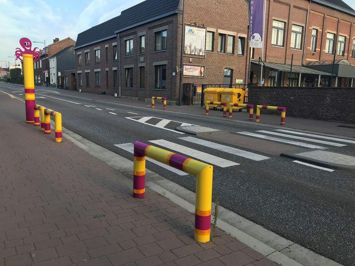 In Smeermaas en Rekem stonden al beugels en palen. Ze werden geplaatst tijdens de recente wegenwerken.