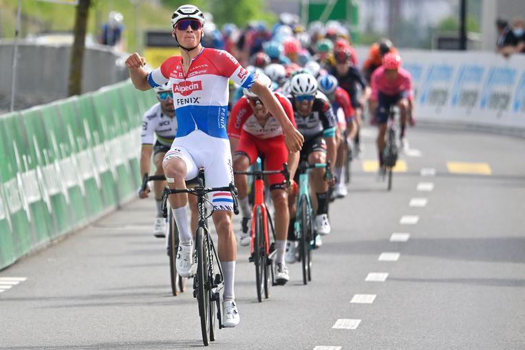 Mathieu van der Poel, hier winnend in de Ronde van Zwitserland. De kans is groot dat hij zaterdag weer juichend over de finish komt. Beeld AP