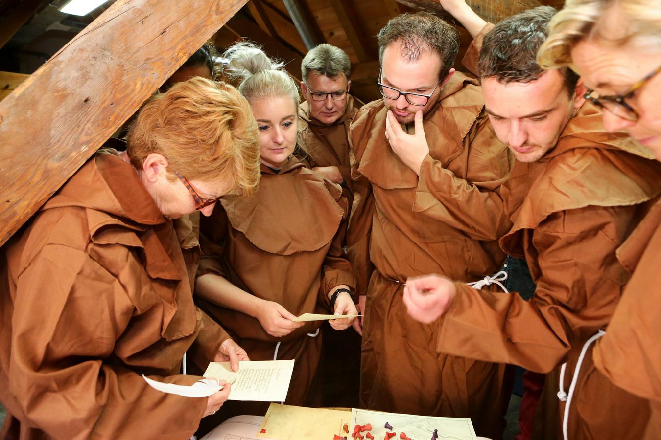 Net als in 1570 nemen spelers, verkleed als monnik, het slot in met een list. Ze hebben vijf kwartier de tijd om alle puzzels te kraken en de bezetting tot een goed einde te brengen.