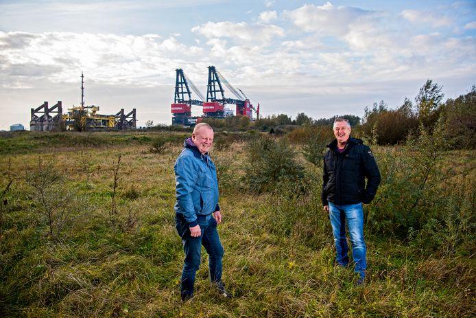 Arthur Vuijk (links) en Ad Buitelaar op de Landtong in Rozenburg.