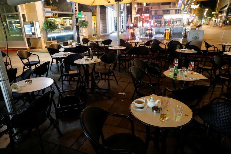 Halflege glazen en bekers in een café na de aanslag in Wenen. Beeld REUTERS