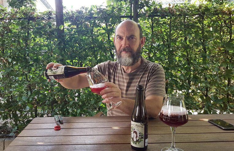 René Schoofs van brouwerij Vagebond giet een verfrissende Zwarte Marjan uit.