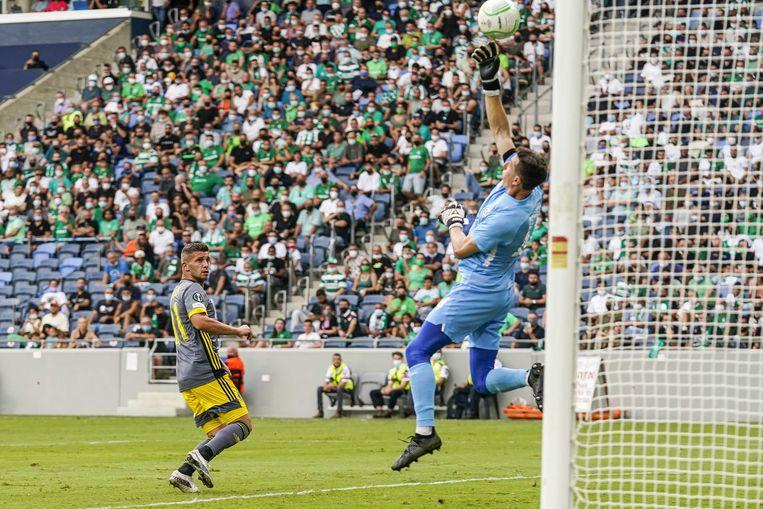 Een van de weinige grote kansen van Feyenoord: keeper Joshua Cohen van Maccabi Haifa tikt een inzet van Bryan Linssen over de lat. Beeld ANP