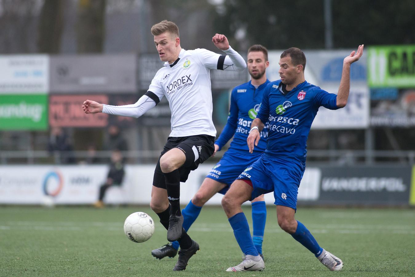 Jordie van der Laan aan de bal als (huur)speler van ASWH vorig seizoen.