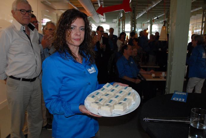 Blauwe Engel Angela Pileri, met links van haar Joop Thissen die samen met Ben van Herpen, Herman van der Kamp en wijlen Coen Free gewedijverd heeft voor de komst van de vervoersbusjes van de stichting