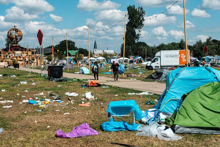 Opruimen van camping Dreamville op Tomorrowland. De kringloopwinkel zoekt tussen het achtergelaten materiaal naar spullen die ze alsnog een tweede leven kunnen geven, maar die acties lossen het probleem niet op. Beeld Benoit De Freine