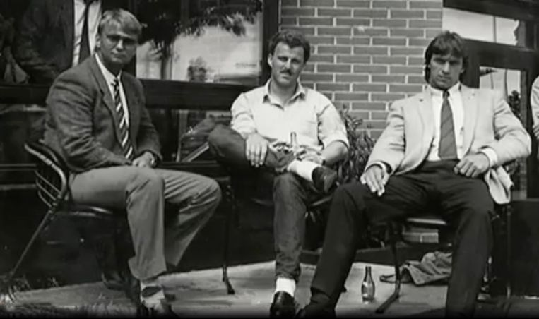 Peter R. de Vries als Telegraaf-journalist op bezoek bij de Heineken-ontvoerders Cor van Hout en Willem Holleeder in Frankrijk bij hun hotel waar ze toen moesten verblijven van de Franse justitie. Beeld Wim Hofland