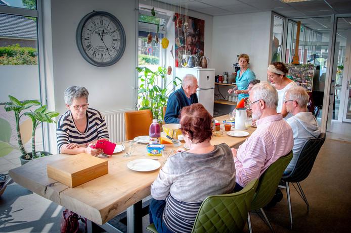 Jong dementerenden komen samen in het Odensehuis in Wijchen.
