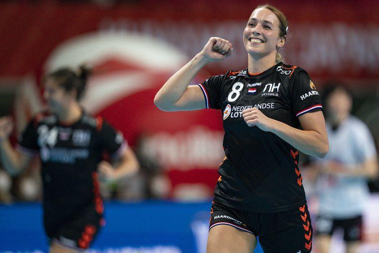 De Nederlandse handbalster juicht Lois Abbingh na een van haar elf doelpunten. Beeld ANP