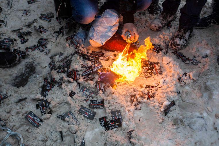 Pakjes spice worden verbrand in Moskou, maart 2013. Beeld AP