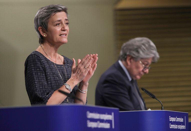 Commissarissen Margrethe Vestager (Concurrentie) en Thierry Breton (Interne Markt)'. Beeld AP