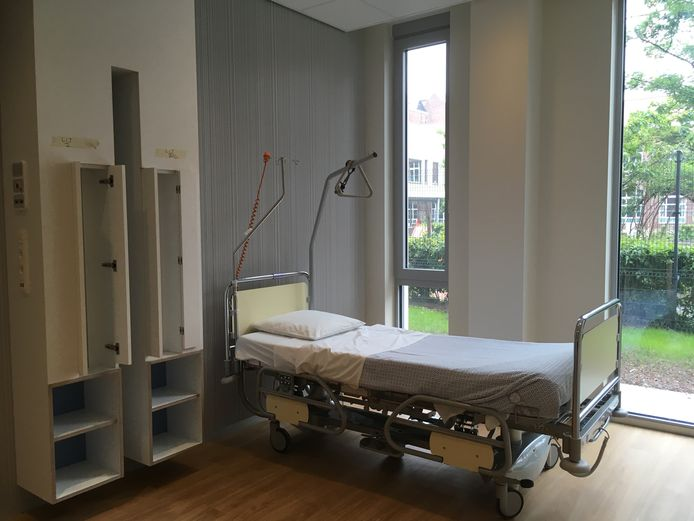 Een patiëntenkamer in de nieuwe ziekenhuisvleugel van AZ Sint-Lucas.