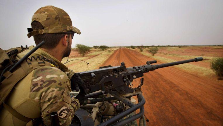 Een militair patrouilleert in Mali in 2014. Vanaf dat jaar neemt Nederland deel aan VN-missie MINUSMA. Beeld anp