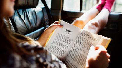 Waarom je misselijk wordt van lezen in de auto