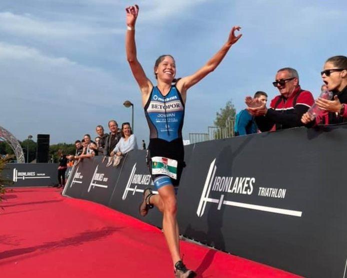 Na de Belgsiche titel bij de beloften op de kwarttriatlon vorige week won de Gaverse Hannelore Willen afgelopen weekend ook de tricolore trui op de sprintafstand tijdens de Ironlakes.