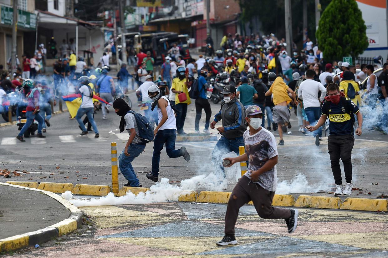 Betogers clashen met de politie tijdens een van de vele protesten in de Colombiaanse stad Cali. Beeld AFP