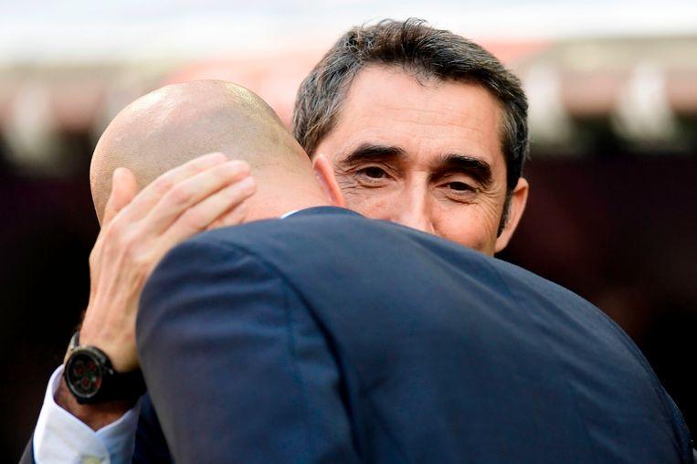 Knuffel tussen Ernesto Valverde en Zinedine Zidane.