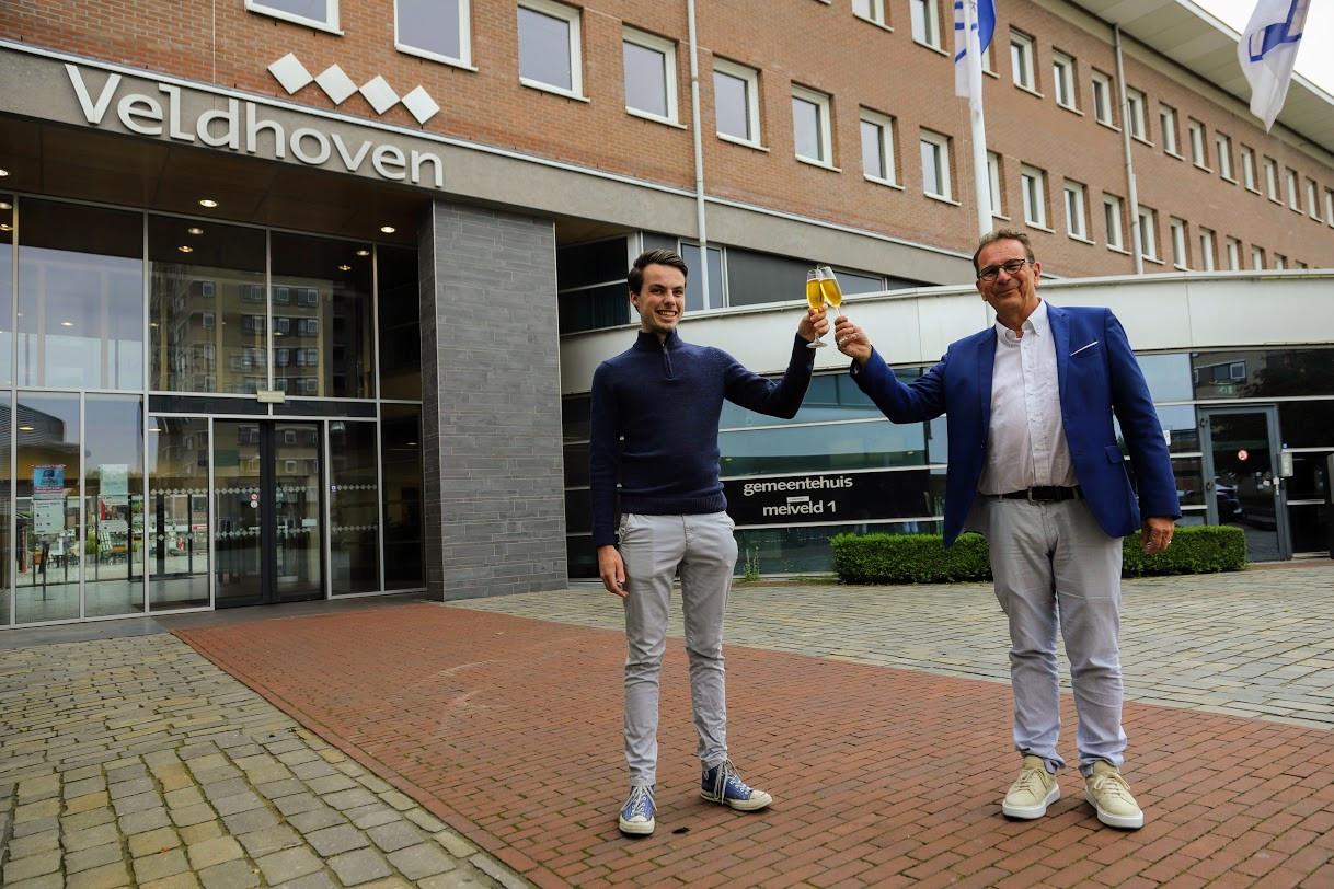 Wessel Mandos (links) en Wim Meijberg proosten alvast op de innige samenwerking tussen de PvdA en GroenLinks in Veldhoven.