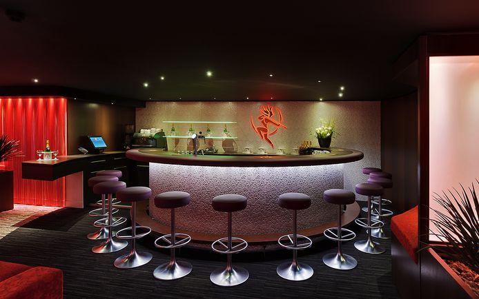 Zowel aan de bar, in bad, als in bed blijft het voorlopig nog stil in de Zundertse Club Diana van de gebroeders Siemons.