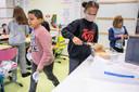 Coronaproof nemen de leerlingen in het vierde leerjaar van de school 'Op Dreef' een sneetje brood voor bij de soep.