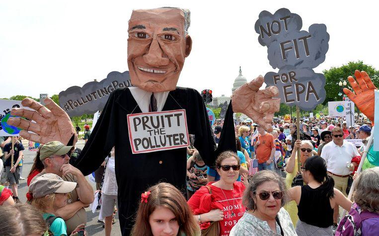 Demonstranten protesteren tegen de aanstelling van Scott Pruitt als directeur van EPA in Washington. Beeld reuters
