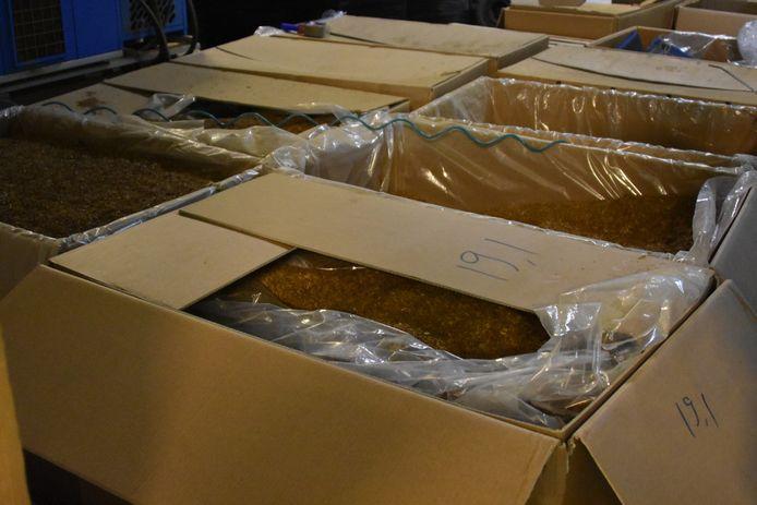 De Duitse douane en politie hebben met hulp van de Nederlandse douane een illegale sigarettenfabriek opgerold in Kranenburg, net over de grens bij Nijmegen. In de fabriek konden 10 miljoen sigaretten per week worden geproduceerd.