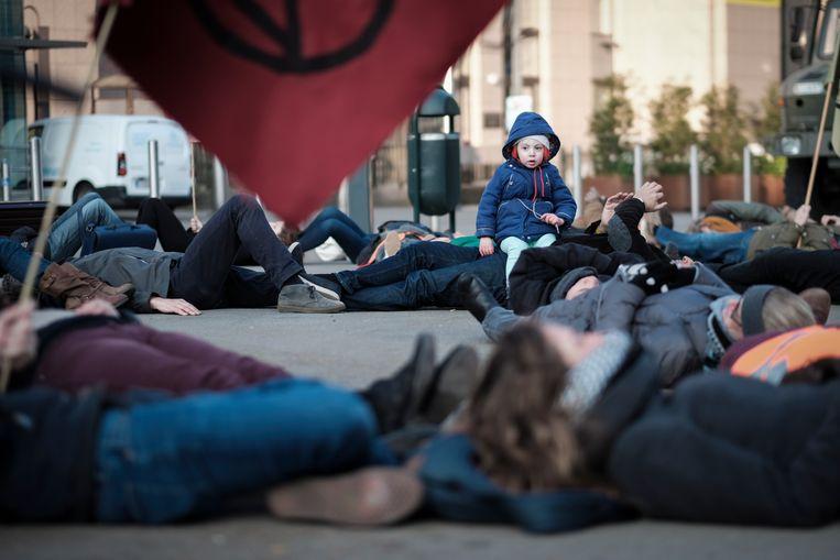 Klimaatactivisten in Brussel bij het hoofdkantoor van de EU. Beeld EPA