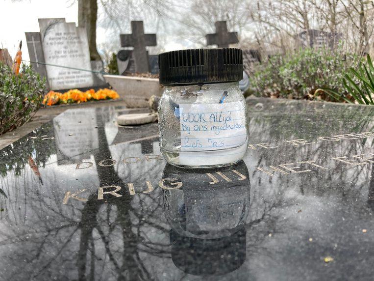 Het briefje van Iris op het graf van het onbekende meisje in Teteringen. Beeld Theo Jongedijk