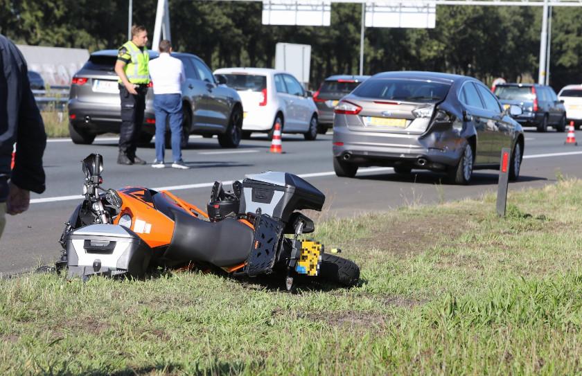 De bestuurder van de motor klapte achterop een auto.