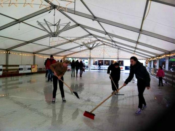 De ijsbaan op het Simonsplein. Foto: De Gelderlander