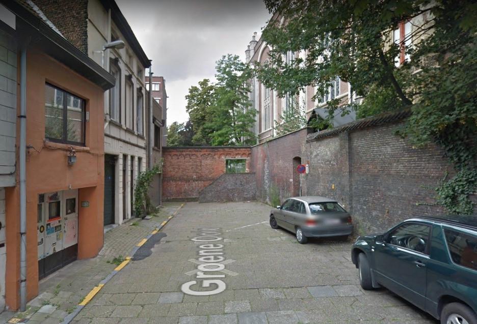 Vandaag is de parking naast de Sint-Annakerk verbonden met Groene Ooie via een trap. Dat moet een hellend vlak worden.
